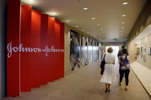 Thẩm phán giảm hơn 100 triệu USD cho Johnson & Johnson do tính nhầm tiền phạt
