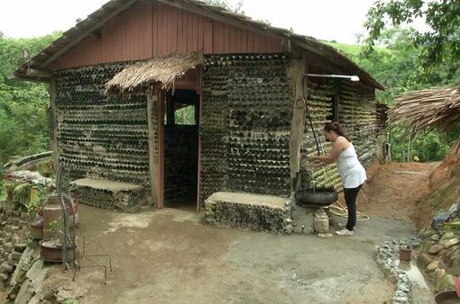 Brazil: Nhà làm từ 6.000 chai thủy tinh
