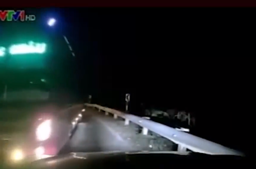 Xe khách vượt ẩu, suýt đấu đầu ô tô trên đường đèo