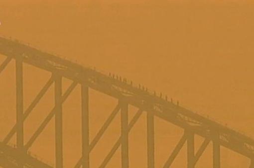 Bầu trời tại Australia chuyển sang màu cam do khói cháy rừng