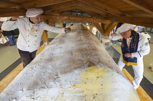 Độc đáo lễ diễu hành cắt bánh Giáng sinh khổng lồ