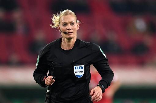 """Trận đấu của Bayern Munich bị """"cắt sóng"""" vì... trọng tài nữ"""