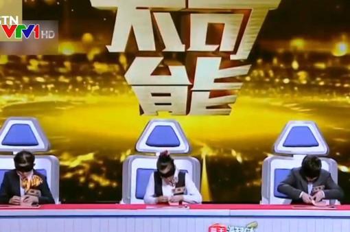 Trung Quốc: Nhân viên thu ngân bịt mắt thi... đếm tiền