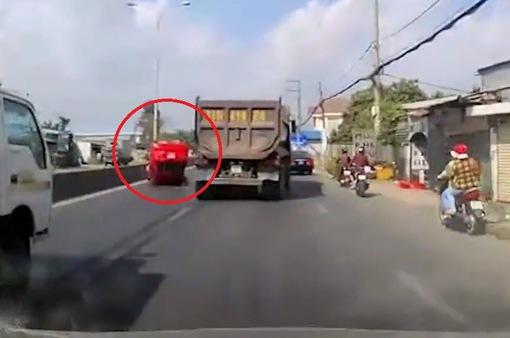 Va chạm với xe ben, ô tô 4 chỗ lật ngửa giữa đường