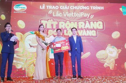 Khách hàng may mắn trúng thưởng 1kg vàng của ViettelPay