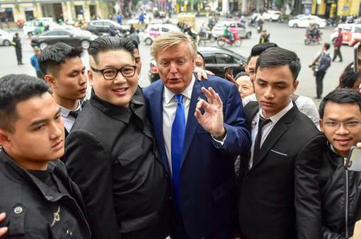 VIDEO: Bản sao Trump – Kim dắt tay nhau dạo bộ ở Hồ Gươm
