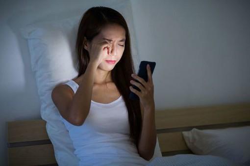 Sự nguy hiểm của thói quen ngủ thiếp khi đang cầm điện thoại trên tay