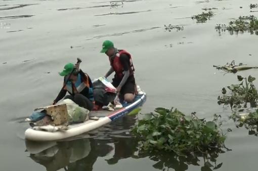 Chinh phục thử thách thu gom rác dưới sông Sài Gòn