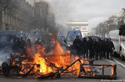 Pháp cấm biểu tình ở một số khu vực