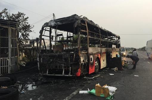 Bình Thuận: Xe khách giường nằm bị cháy rụi, không có thương vong về người