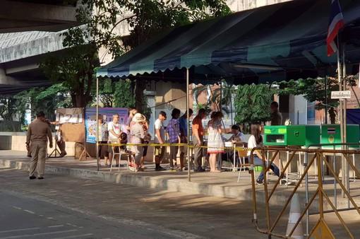 Ảnh: Người dân Thái Lan xếp hàng đi bỏ phiếu bầu Tổng tuyển cử 2019