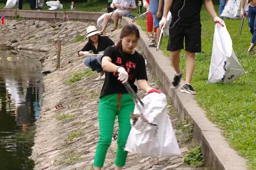 Thu dọn và tái chế rác thải với nhóm tình nguyện trong Ngày Trái đất