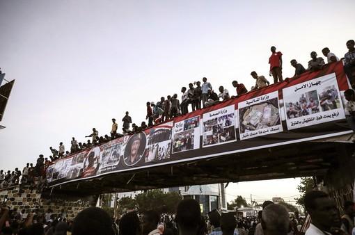 Sudan: Công nhân đường sắt tràn lên cả nóc xe lửa ủng hộ người biểu tình