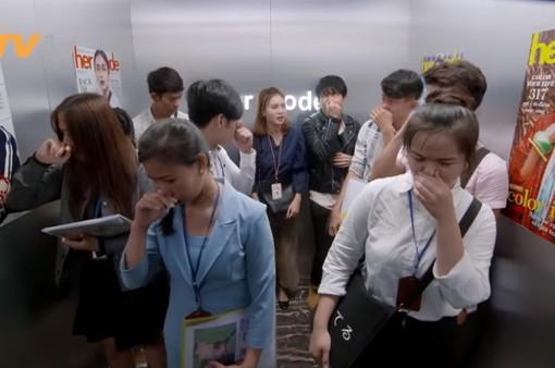 """Mối tình đầu của tôi - Tập 54: An Chi """"muối mặt"""" vì bị Minh Huy vu oan xì hơi trong thang máy"""