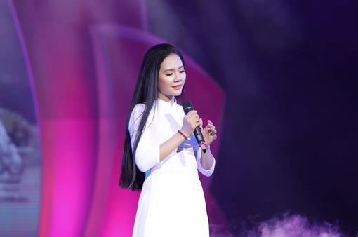 """Sao mai Lương Nguyệt Anh bồi hồi hát ca khúc """"Viếng lăng Bác"""""""