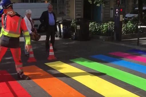 Pháp: Sơn vạch kẻ đường theo màu cầu vồng chống kỳ thị đồng tính