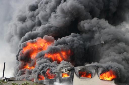 Cháy dữ dội tại công ty sản xuất băng keo ở Bình Dương