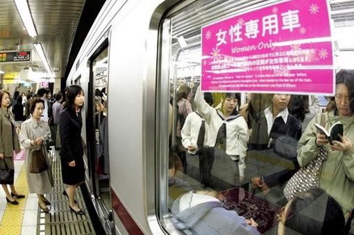 Ứng dụng chống sàm sỡ trên các phương tiện công cộng tại Nhật Bản