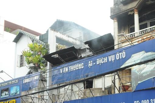 TP.HCM: Cháy công ty lan sang nhà dân