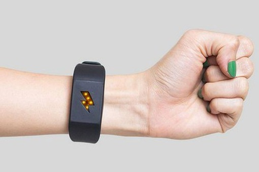 Vòng tay thông minh khiến người đeo bị giật điện khi... làm việc xấu