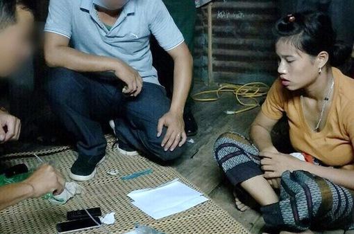Đôi vợ chồng trẻ giấu ma túy dưới sàn nhà bán cho các con nghiện