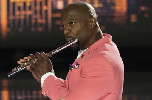 America's Got Talent 2019: Host Terry Crews trổ tài thổi sáo cùng thí sinh