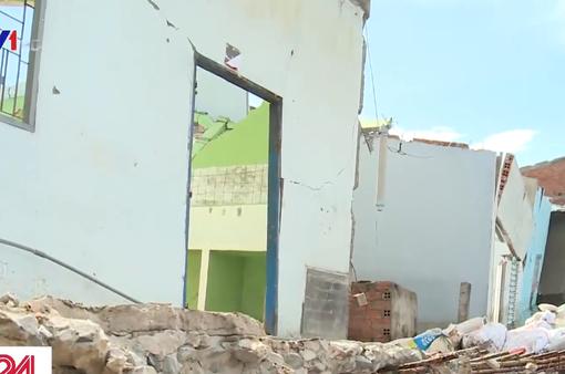 Hàng loạt ngôi nhà ở Long An bị nhấn chìm do sạt lở