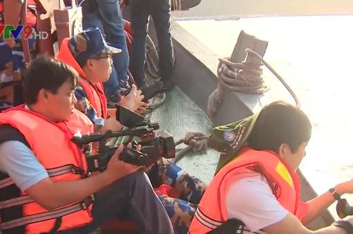 Phóng viên báo chí tham gia nhiệt tình tác nghiệp trên vùng biển Tây Nam