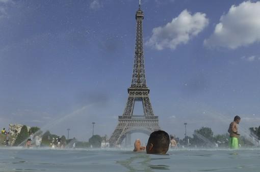 Người dân châu Âu tiếp tục chống chọi với nắng nóng kỷ lục
