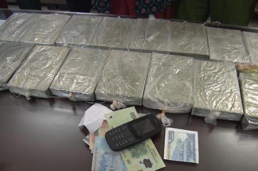 Bắt quả tang nữ giáo viên nghỉ hưu mua bán vận chuyển 15 bánh heroin