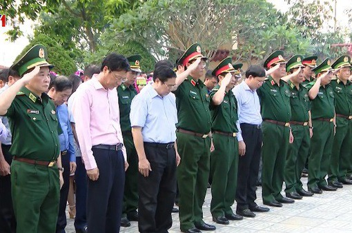 Đồng chí Phạm Minh Chính tri ân các anh hùng liệt sĩ tỉnh Quảng Ninh