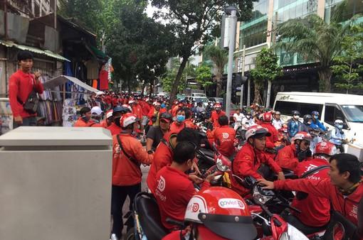 Tài xế Go-Viet kéo đến trụ sở công ty ở TP.HCM phản đối chính sách điểm thưởng mới