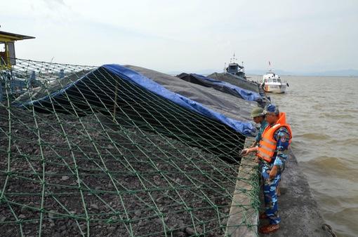 Cảnh sát biển tạm giữ tàu chở 2.000 tấn than không rõ nguồn gốc