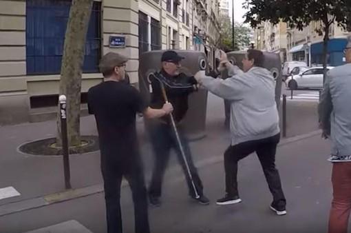 Pháp phạt nặng hành vi tấn công người khiếm thị