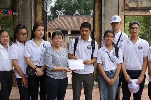 Thanh niên kiều bào thăm và tặng quà mẹ Việt Nam anh hùng tại tỉnh Quảng Nam