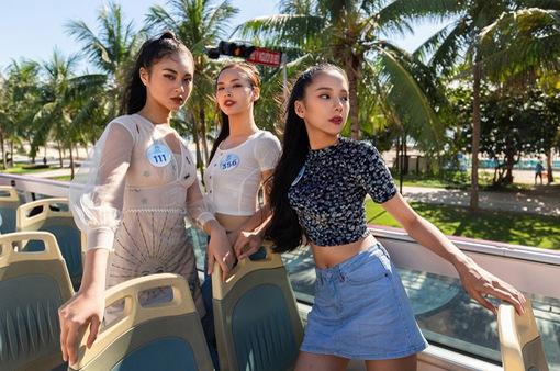 """Thí sinh Miss World Vietnam """"lột xác"""" thành các fashionista... trên xe bus"""