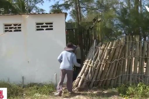 Người dân trèo qua nhà vệ sinh để vào khu di tích