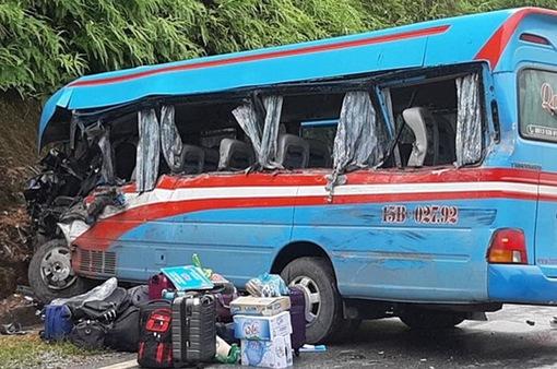 Tuyên Quang: Xe khách va chạm xe đầu kéo, hơn 10 người nhập viện