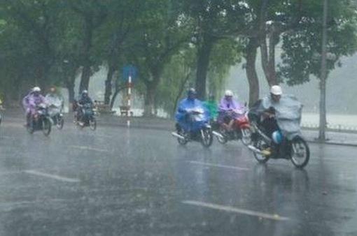 Miền Bắc mưa giông chiều tối, miền Trung nắng nóng kéo dài