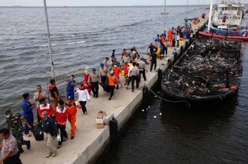 Chiến dịch cứu hộ vụ cháy tàu chở khách tại Indonesia