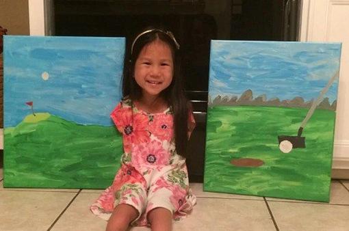 Em bé gốc Việt vẽ tranh bằng chân