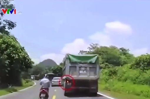 Pha cứu nguy của tài xế xe ben