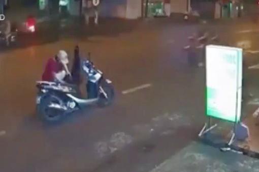 Người phụ nữ và em bé bị xe tông vì dừng đỗ giữa đường mặc áo mưa