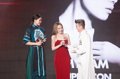 Tiểu Vy diện trang phục lạ mắt cùng Mr Đàm trao giải cho Mỹ Tâm
