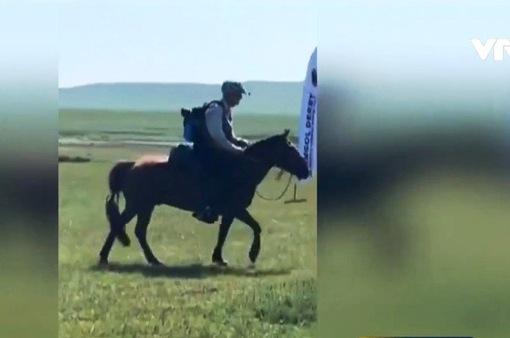 Cụ ông 70 tuổi vô địch cuộc đua ngựa tại Mông Cổ