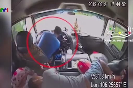 Tài xế đột quỵ, phụ xe nhanh trí bẻ lái tránh tai nạn