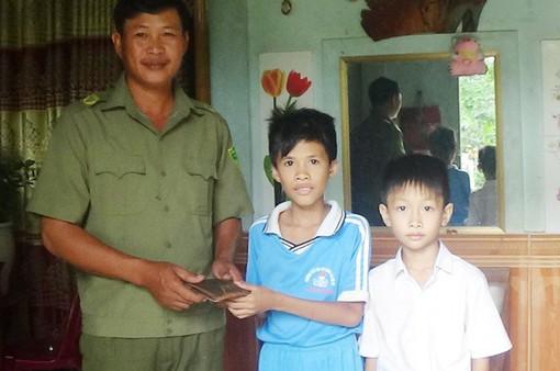Nhặt được ví có hơn 16 triệu đồng, 2 học sinh nhờ công an tìm người đánh mất