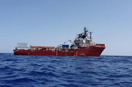 Italy cho phép tàu chở người di cư cập cảng