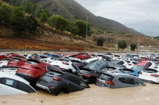 Ô tô chất đống sau lũ lụt tại Tây Ban Nha