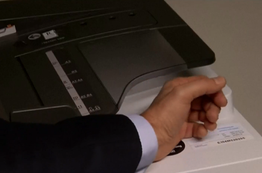 Người Thụy Điển cấy chip dưới da thay chìa khóa, thẻ từ